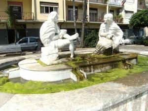 """Barcellona Pozzo di Gotto: l'acqua della """"fontana dei due fiumi"""" è piena di muschio"""