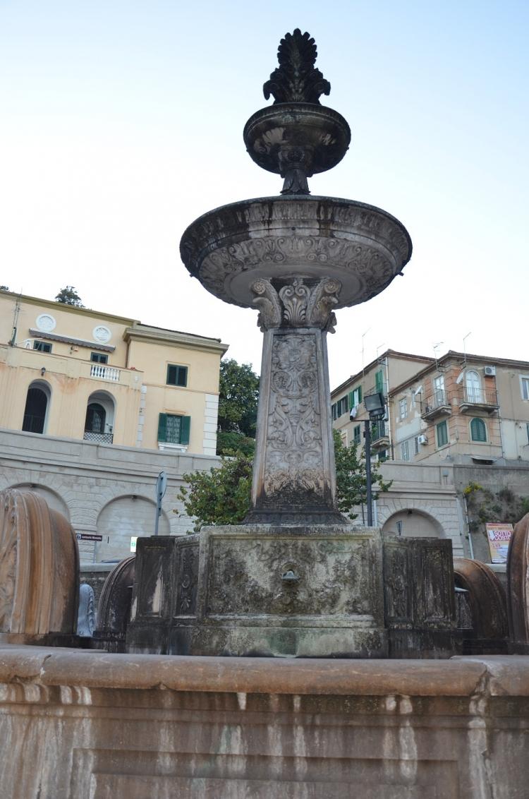 """A Messina una fontana """"di colore"""". Una fontana """"extracomunitaria"""""""