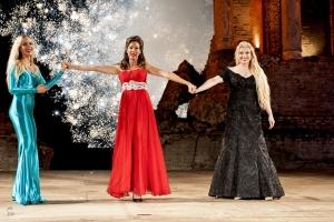 """Brillante successo per l'omaggio alla Callas diretto da Enrico Castiglione al Teatro Antico di Taormina. Conclusa  la lunga estate di programmazione con stratosferici ed unici fuochi d'artifico sulle note del """"Brindisi"""" dalla Traviata."""