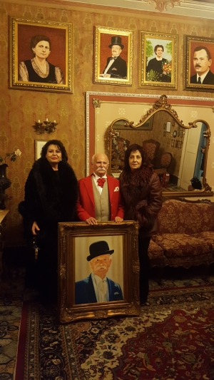 La pittrice Angela Arcifa consegna il ritratto al Conte Molino della Torre