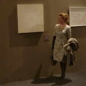 """Lucrezia Cutrufo con l' opera-copertina del catalogo """"Contemplazione""""  al Vittoriano di Roma per la Triennale"""