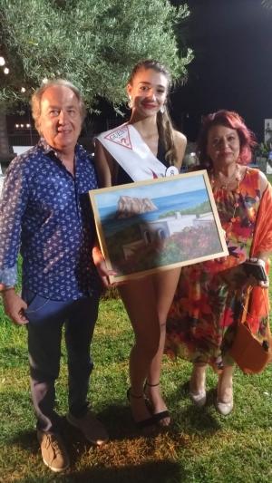 """L' artista messinese Stefano Donato dona un' opera d' arte alla vincitrice della selezione """"Una ragazza per il Cinema """"Francesca Guerrera"""""""
