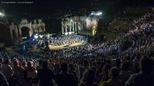 Meritato successo per i due concerti di Andrea Bocelli con il Coro Lirico Siciliano. ll direttore Francesco Costa: «Vedere il Teatro di Taormina stracolmo è stata una emozione grandissima. È stata una celebrazione dell'universalità della musica»