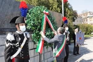 Messina-  25 Aprile  il Prefetto e le autorita' militari in Piazza Unita'  d' Europa
