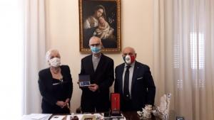 """Il Vescovo di Acireale premiato alla Cultura come """"Eccellenza Siciliana"""" con il premio Pennino d'Oro"""