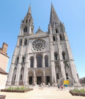 La merveilleuse cathédrale de Chartres En français et en anglais. And lissen... English.