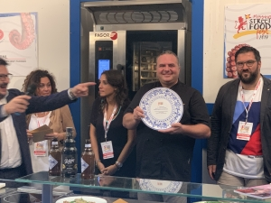 Giuseppe Oriti trionfa al Messina Street Food Fest. Il panino con la porchetta di suino nero dei Nebrodi del Vecchio Carro per il secondo anno conquista il premio per la specialità più gradita