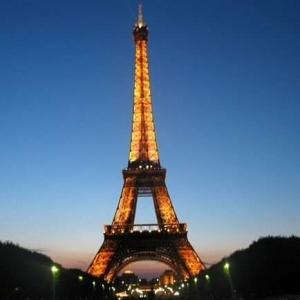 Macron  oggi le misure ancora più restrittive  annunciate da Macron. Anne Hidalgo in testa  alle elezioni a Parigi per un  modello di sviluppo attento alla ecologi e con una attenzione agli economisti umanisti