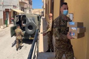 """Esercito e solidarietà A Lampedusa i militari impegnati dell'operazione """"Strade Sicure"""" donano generi di conforto alla Parrocchia di """"San Gerlando"""""""