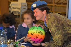 Missione in Libano: attività CIMIC per la popolazione locale. Il Contingente italiano della missione in Libano dona giochi ed ausili didattici agli orfani di Tibnin