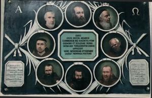 """""""Lapide-pittura"""" commemorativa, ove sono rappresentati i ritratti degli otto Padri Cappuccini periti durante il terremoto del 28 Dicembre del 1908."""