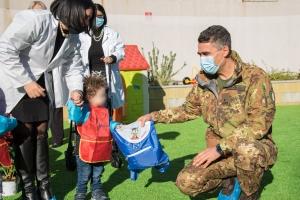 """L' Aosta e il sorriso dei bambini . I soldati della Brigata """"Aosta"""" regalano zainetti a 25 bambini dell'asilo nido """"Lupetto Vittorio""""."""